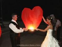 letiace lampiony, balony, konfety, ohnostroj