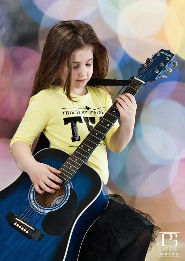 viki a gitara