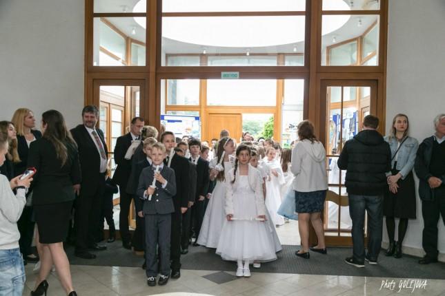 08 vstup do kostola pred slavnostou