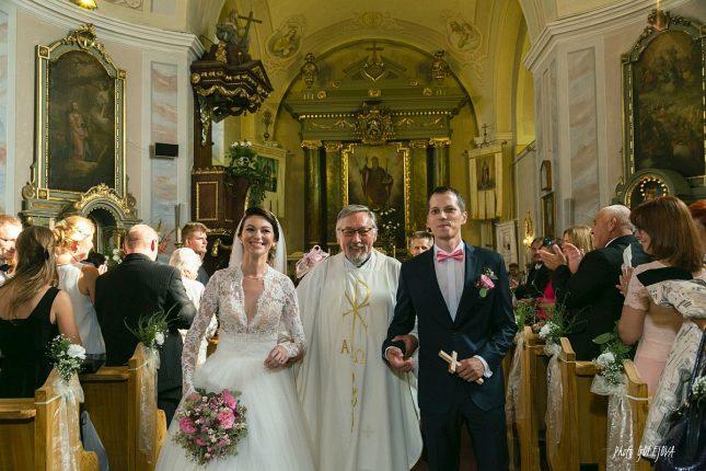28-svadobny-par-kostol