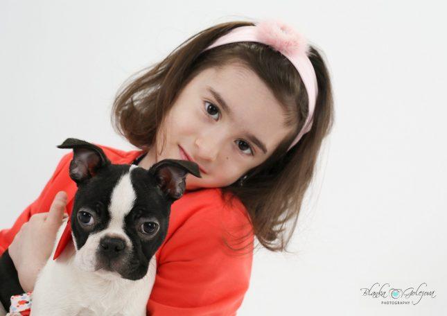 detsky portret a pes v atelieri